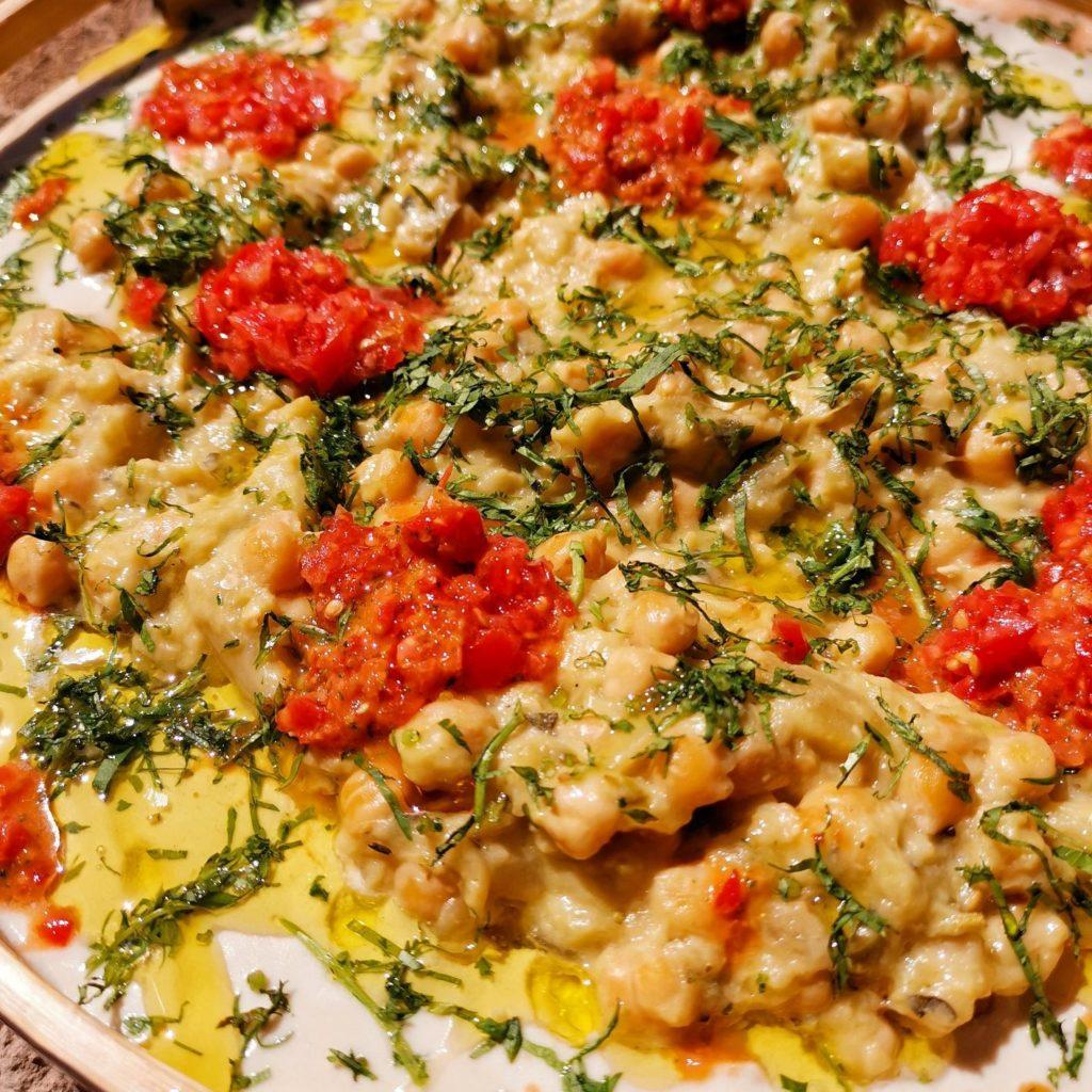 מסבחה חצילים עם סלסת עגבניות חריפה