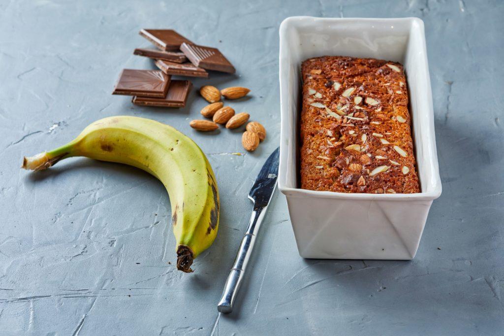עוגת בננות, שוקולד ושקדים עשויה מקמח כוסמין מלא